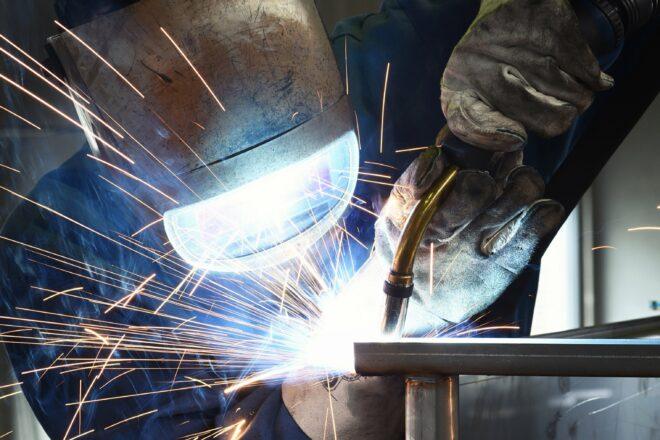 Sicherheit bei Heißarbeiten wie Schweißen kann durch verschiedene Maßnahmen wie die Verwendung von Heißarbeitsscheinen erhöht werden